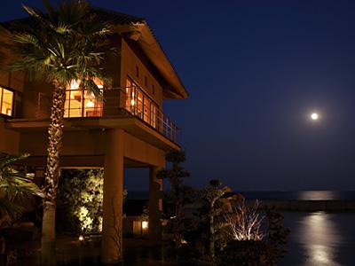 写真:姉妹館・淡路夢泉景の湯賓閣「天宮の雫」と満月